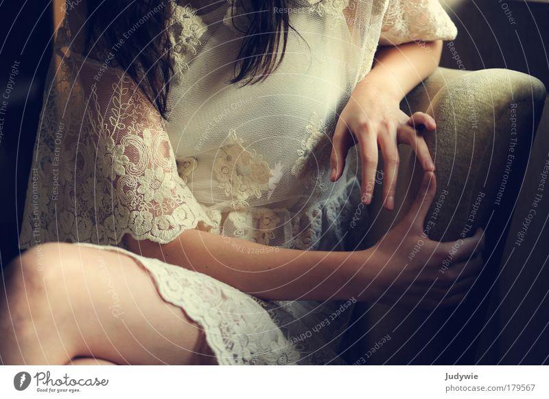 Fingerspiel Farbfoto Gedeckte Farben Innenaufnahme Abend Licht Schatten elegant Stil schön Sessel Mensch feminin Junge Frau Jugendliche Hand Mode Bekleidung