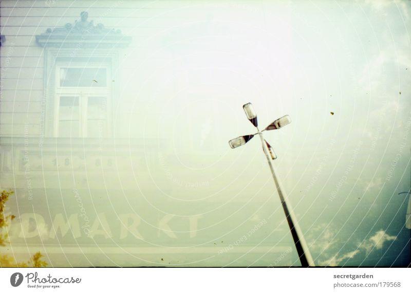 analoge marktleuchte Himmel grün Wolken Einsamkeit Haus Nebel Fassade Schriftzeichen Bauwerk Lomografie Laterne historisch Dienstleistungsgewerbe Schönes Wetter analog