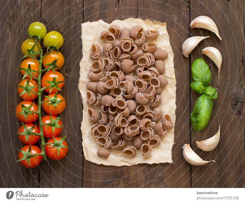 Rohe Conchiglie Pasta, Basilikum und Gemüse grün rot Gesundheit braun frisch Kräuter & Gewürze Backwaren Mahlzeit Vegetarische Ernährung Diät Tomate Teigwaren