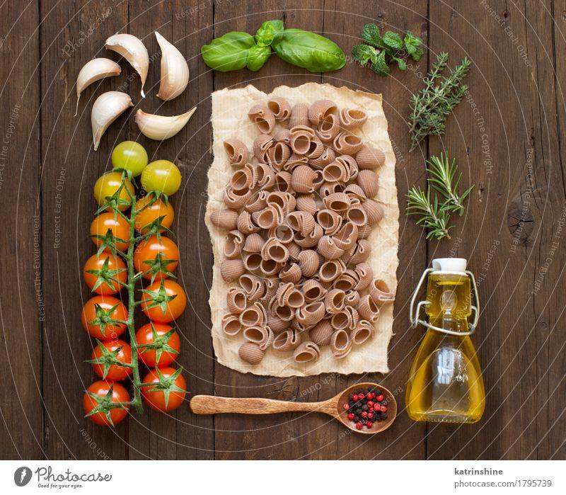 Ganze Dinkel Pasta, Gemüse, Kräuter und Olivenöl Teigwaren Backwaren Kräuter & Gewürze Öl Vegetarische Ernährung Diät Flasche Löffel frisch Gesundheit braun