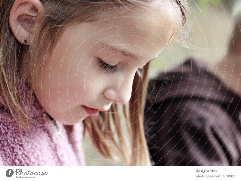 Die Träumerin Kind Mädchen schön Gesicht ruhig Herbst Haare & Frisuren träumen Kopf Denken Mund Zufriedenheit Nase Wetter Sicherheit
