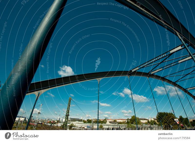 Brücke Himmel Sommer Wolken Berlin Brücke Verbindung Konstruktion Textfreiraum Hauptstadt S-Bahn Öffentlicher Personennahverkehr Stahlkonstruktion Ostkreuz Hochbau S-Bahnhof Stahlverarbeitung
