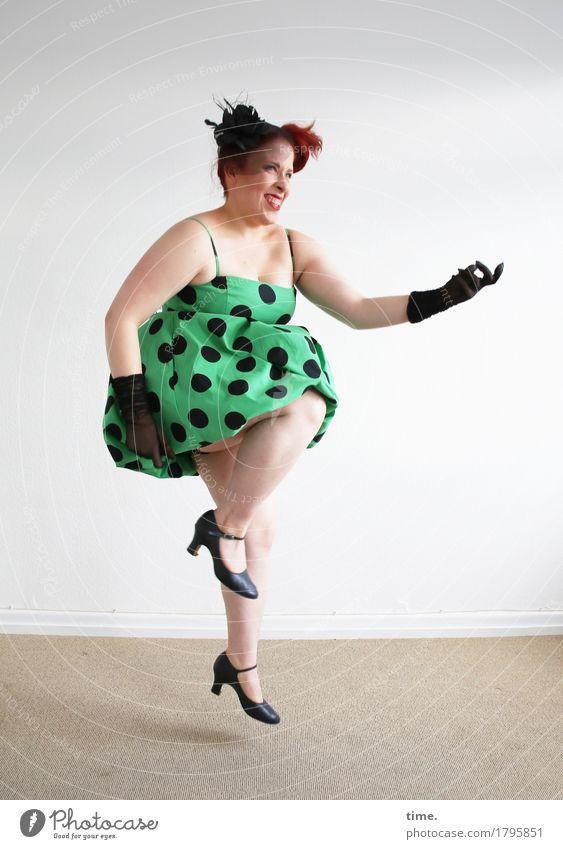 Anastasia Raum feminin 1 Mensch Theaterschauspiel Schauspieler Tanzen Musik hören Kleid Handschuhe rothaarig langhaarig Bewegung springen Glück rebellisch