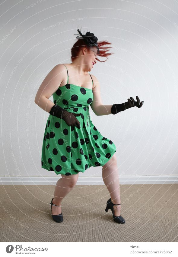 . Raum feminin 1 Mensch Theaterschauspiel Schauspieler Tanzen Musik hören Kleid Handschuhe rothaarig langhaarig Bewegung Spielen Glück rebellisch verrückt schön