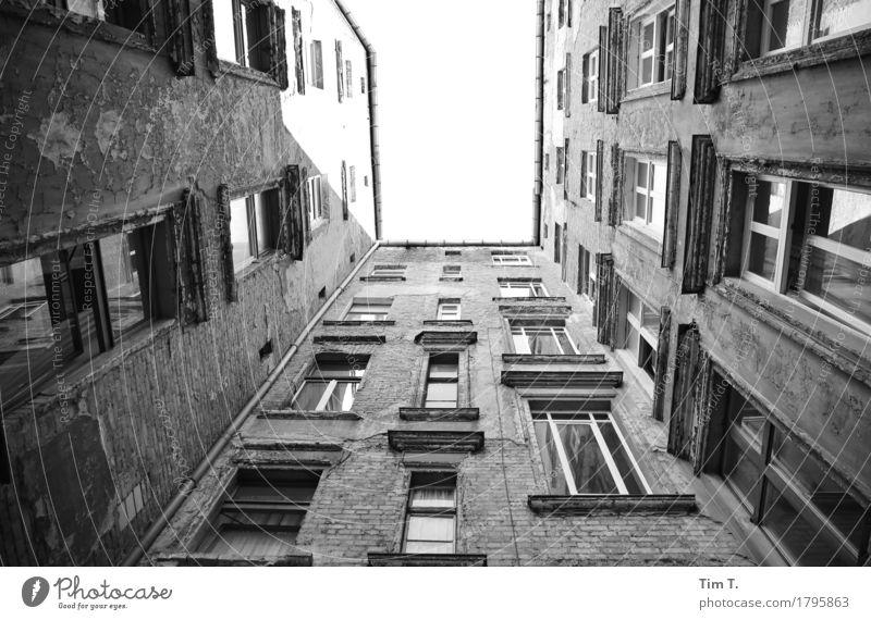 Berlin Hinterhof Stadt Haus Fenster Architektur Gebäude Fassade Bauwerk Umzug (Wohnungswechsel) Hauptstadt Stadtzentrum Altstadt Altbau Prenzlauer Berg