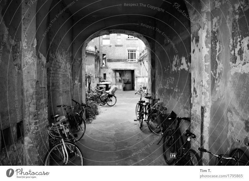 Hinterhof Berlin Prenzlauer Berg Stadt Hauptstadt Stadtzentrum Altstadt Haus Senior Häusliches Leben Rad Fahrrad Hof Altbau Durchgang Schwarzweißfoto