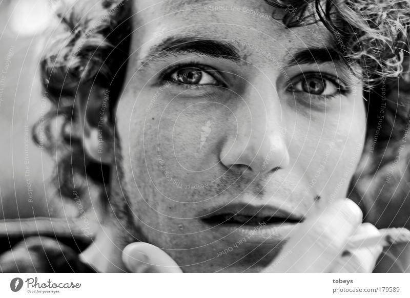 David Freiheit maskulin Junger Mann Jugendliche Locken Bart Dreitagebart beobachten Rauchen authentisch rebellisch wild Gefühle selbstbewußt Verantwortung ruhig