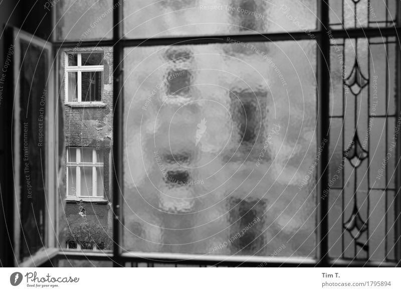 Hinterhof Berlin Prenzlauer Berg Stadt Hauptstadt Stadtzentrum Altstadt Fenster stagnierend Fensterblick Schwarzweißfoto Außenaufnahme Innenaufnahme