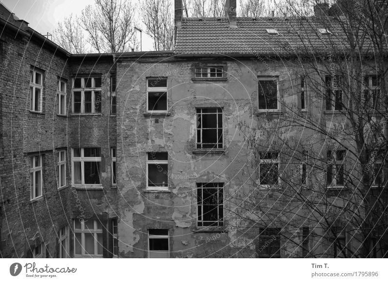 Hinterhof Berlin Prenzlauer Berg Senior Hof Schwarzweißfoto Außenaufnahme Menschenleer Tag
