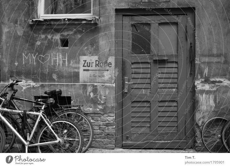 Hinterhof Berlin Prenzlauer Berg Stadt Hauptstadt Stadtzentrum Altstadt Tür Fahrrad Hof Graffiti Kreide Altbau Schwarzweißfoto Außenaufnahme Menschenleer Tag