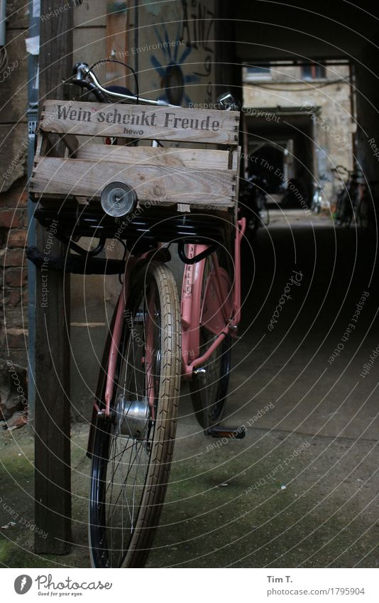 ...Freude Prenzlauer Berg Berlin Stadt Hauptstadt Stadtzentrum Altstadt Fahrrad Rad Kiste Wein Farbfoto Außenaufnahme Menschenleer