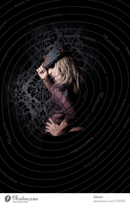 Scotland is not so far II Mensch schön feminin dunkel Denken Mode Hintergrundbild blond Kraft elegant ästhetisch stehen Coolness einzigartig Model Hut