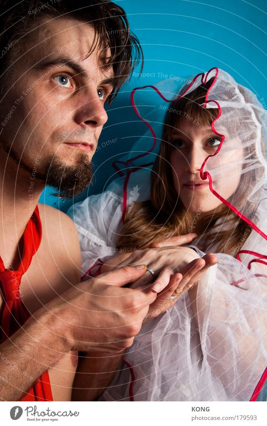 reifeprüfung Farbfoto Porträt Junge Frau Jugendliche Junger Mann Paar Partner Gesicht 18-30 Jahre Erwachsene Rockabilly Krawatte Schleier Ring Ehering Denken