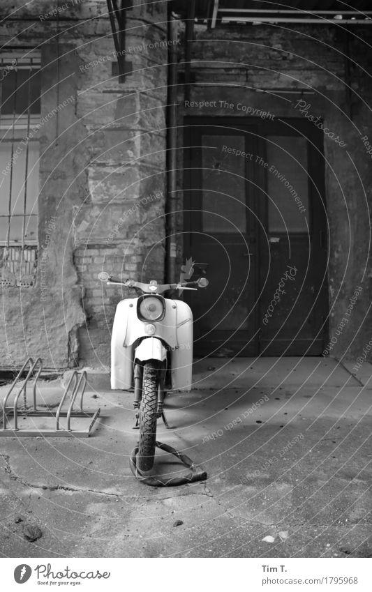 Hinterhof Berlin Prenzlauer Berg Stadt Hauptstadt Stadtzentrum Altstadt Menschenleer Verfall Vergangenheit Vergänglichkeit verlieren Kleinmotorrad Tür Osten