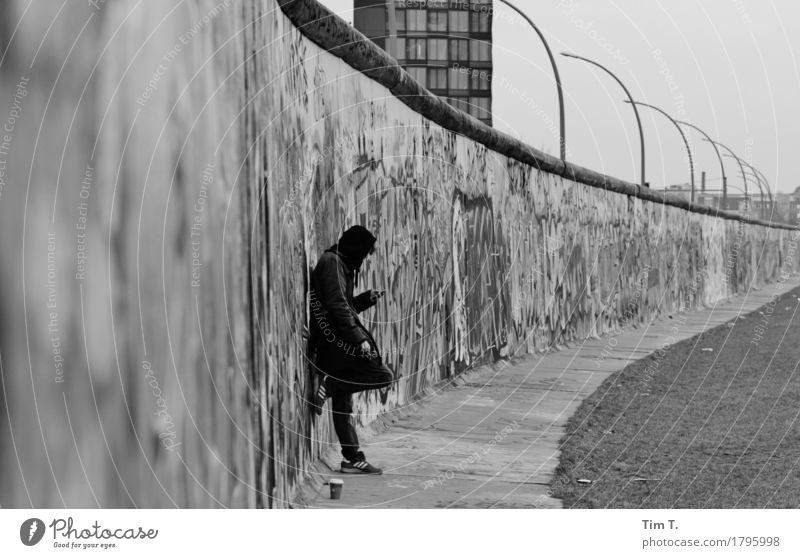 Herbst Berlin Mauer Wand stagnierend Grenze Berliner Mauer Handy Telefon Schwarzweißfoto Graffiti Außenaufnahme Tag