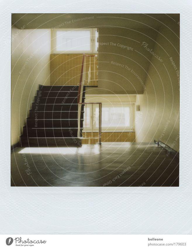 Trepplights Gedeckte Farben Innenaufnahme Polaroid Menschenleer Licht Schatten Kontrast Zentralperspektive Haus Innenarchitektur Hochhaus Bauwerk Gebäude