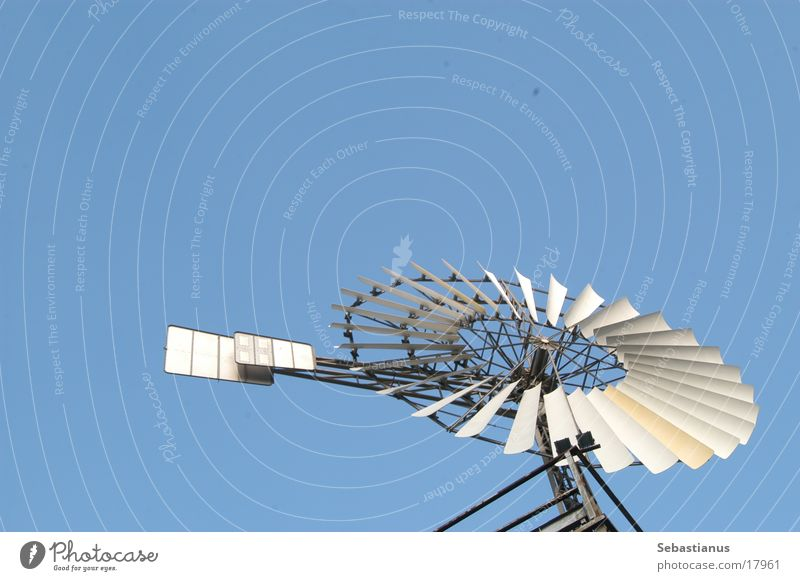 Windrad im Himmel Freisteller Objektfotografie Textfreiraum oben Vor hellem Hintergrund Schaufelrad Bewegung drehen rotieren Drehung kreisrund Runde Sache