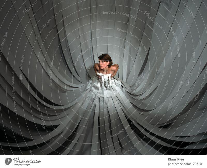 APPLAUSE:. Mensch Jugendliche feminin Körper außergewöhnlich Papier Frau Kleid Junge Frau Vogelperspektive Bühnenbeleuchtung Bekleidung androgyn Schwarzweißfoto Blick Schatten