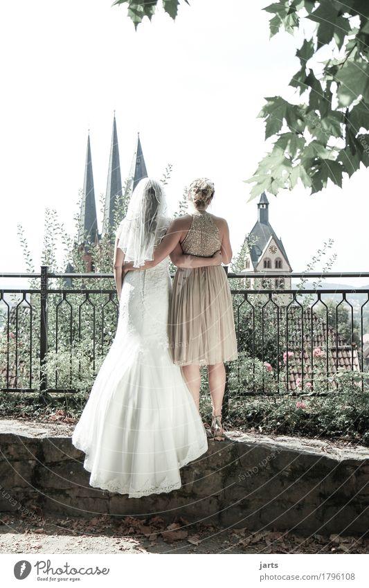 beste freundin Hochzeit Mensch feminin Freundschaft Paar 2 18-30 Jahre Jugendliche Erwachsene Altstadt Skyline Kirche Turm stehen Umarmen authentisch Glück