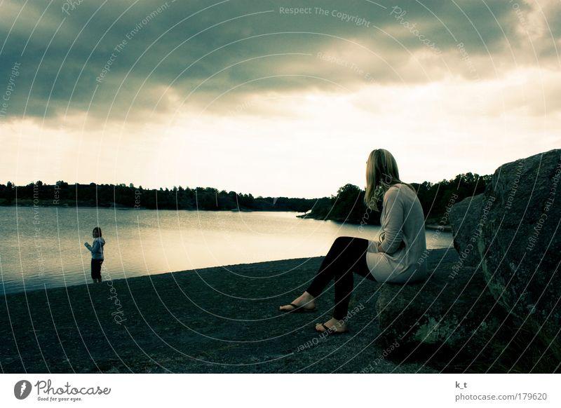 Meer Erholung Ferien & Urlaub & Reisen Ausflug Freiheit Sommer Sommerurlaub feminin Junge Frau Jugendliche Wasser Wolken Küste Ostsee beobachten Blick hell