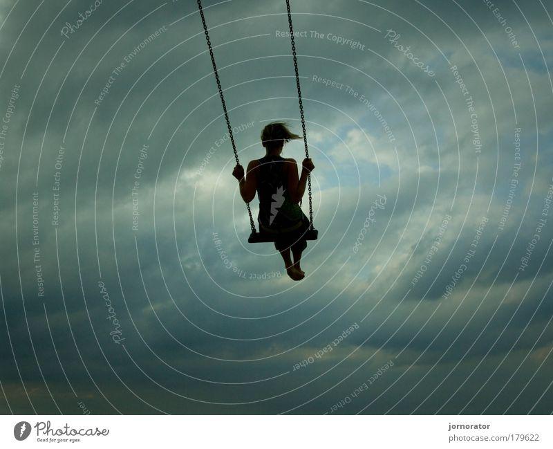 Schaukelnde Gedanken Jugendliche Himmel ruhig Wolken Einsamkeit Leben dunkel Erholung feminin Gefühle Freiheit träumen Denken Erwachsene fliegen