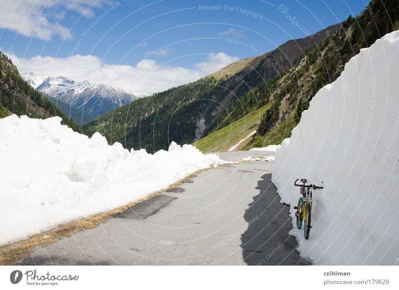 Schneewand am Umbrailpass Farbfoto Außenaufnahme Textfreiraum links Tag Sonnenlicht Berge u. Gebirge Fahrrad Wolken Hügel Felsen Alpen Wege & Pfade fahren blau