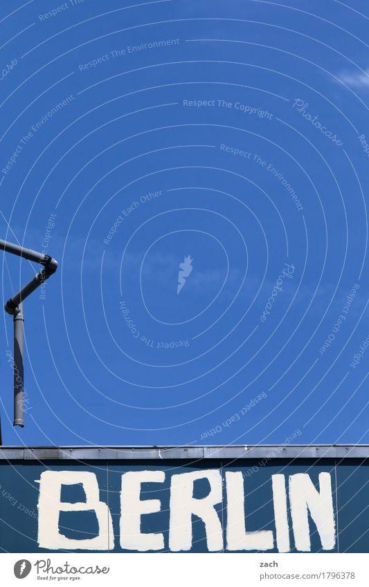 Haupstadt nur Himmel Schönes Wetter Berlin Mauer Wand Fassade Dachrinne Regenrohr Zeichen Schriftzeichen Schilder & Markierungen Graffiti Stadt blau Farbfoto