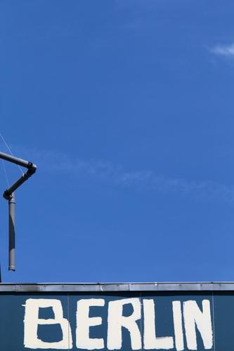 Haupstadt Stadt blau Wand Graffiti Berlin Mauer Fassade Schriftzeichen Schilder & Markierungen Schönes Wetter Zeichen Dachrinne Regenrohr nur Himmel