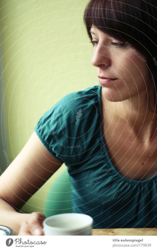 teatime Frau Mensch Jugendliche grün ruhig Einsamkeit gelb Leben Erholung feminin Gefühle träumen Traurigkeit Stimmung Erwachsene sitzen
