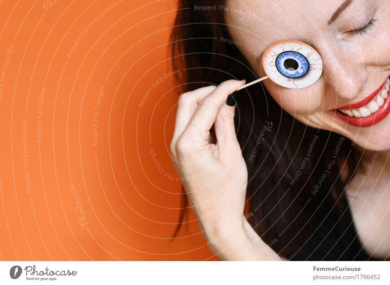 Halloween_1796452 feminin Junge Frau Jugendliche Erwachsene Mensch 18-30 Jahre Feste & Feiern lustig spaßig orange Kunstauge Auge Gefäße aufgespiesst Hand