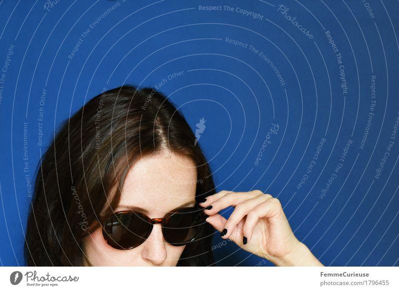 Herbst_1796455 Mensch Frau Jugendliche blau Junge Frau Hand 18-30 Jahre schwarz Gesicht Erwachsene feminin Stil Mode Kopf elegant ästhetisch