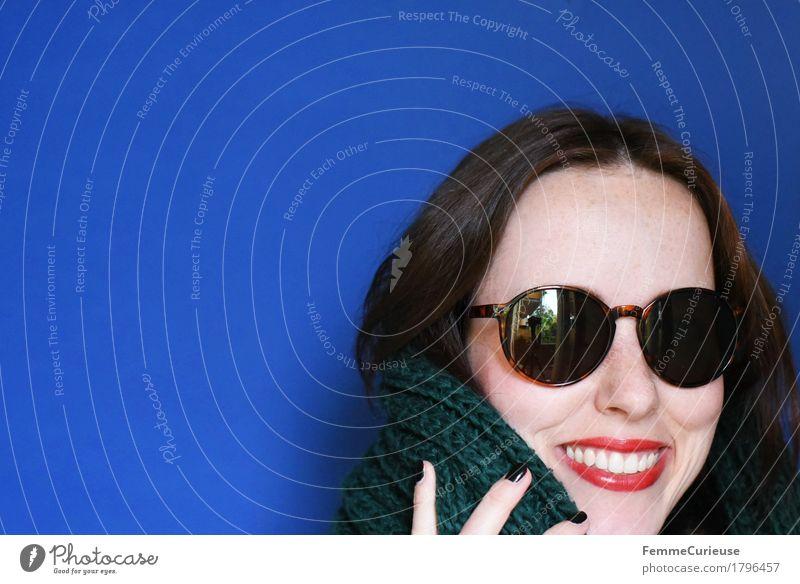 Herbst_1796457 Mensch Frau Jugendliche blau grün Junge Frau rot 18-30 Jahre schwarz Gesicht Erwachsene Wärme feminin lachen Mode