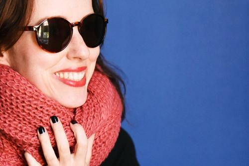 Herbst_1796474 feminin Junge Frau Jugendliche Erwachsene Mensch 18-30 Jahre Lebensfreude Leichtigkeit herbstlich Schal Wolle gestrickt stricken Sonnenbrille