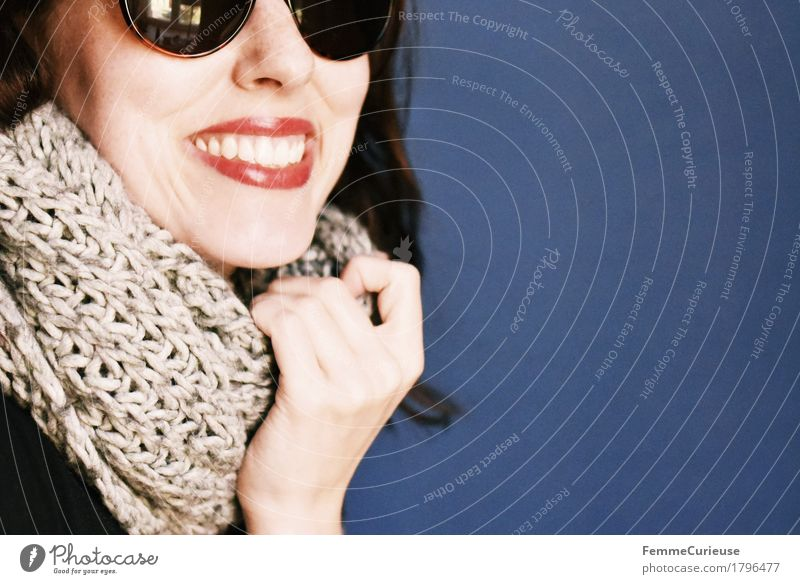 Herbst_1796477 Stil feminin Junge Frau Jugendliche Erwachsene Mensch 18-30 Jahre Glück Fröhlichkeit Zufriedenheit Lebensfreude Begeisterung Schal stricken
