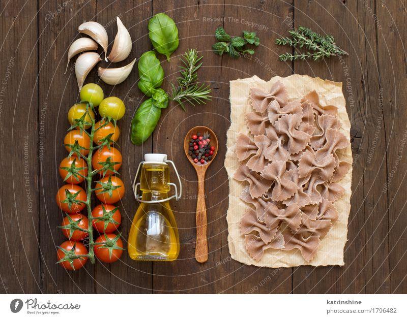 Vollkornnudeln, Gemüse, Kräuter und Olivenöl Teigwaren Backwaren Kräuter & Gewürze Öl Vegetarische Ernährung Diät Flasche Löffel dunkel frisch braun grün rot