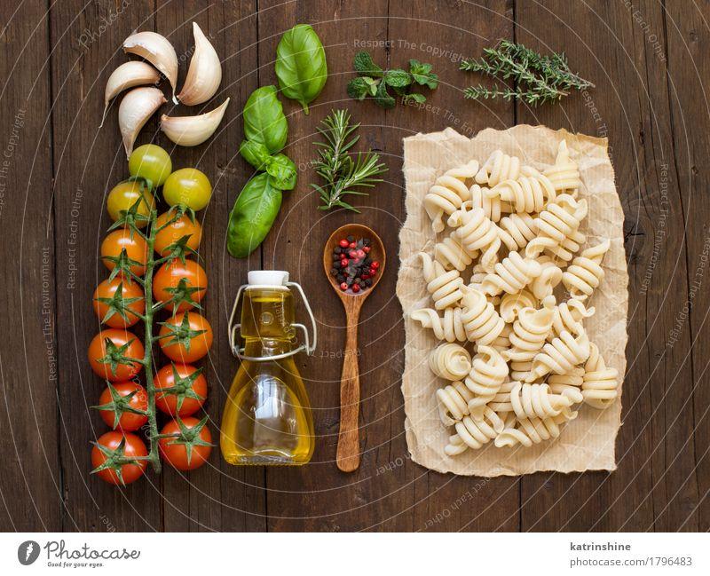 Italienische Pasta, Gemüse, Kräuter und Olivenöl Teigwaren Backwaren Kräuter & Gewürze Öl Vegetarische Ernährung Diät Flasche Löffel Tisch Blatt dunkel frisch