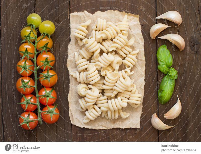 Rohe italienische Pasta, Basilikum und Gemüse Teigwaren Backwaren Kräuter & Gewürze Vegetarische Ernährung Diät dunkel frisch Gesundheit braun grün rot