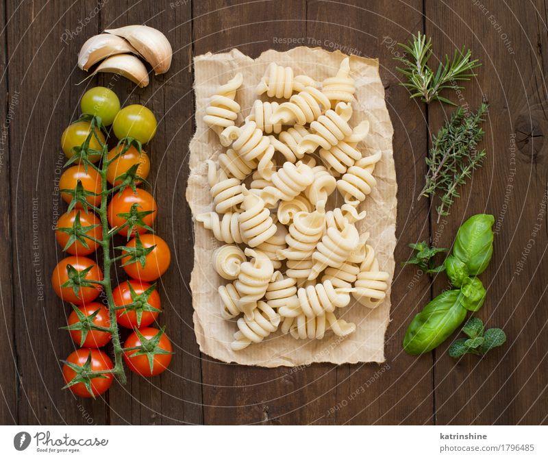 Italienische Pasta, Tomaten und Kräuter Gemüse Teigwaren Backwaren Kräuter & Gewürze Vegetarische Ernährung Diät dunkel frisch braun grün rot Tradition