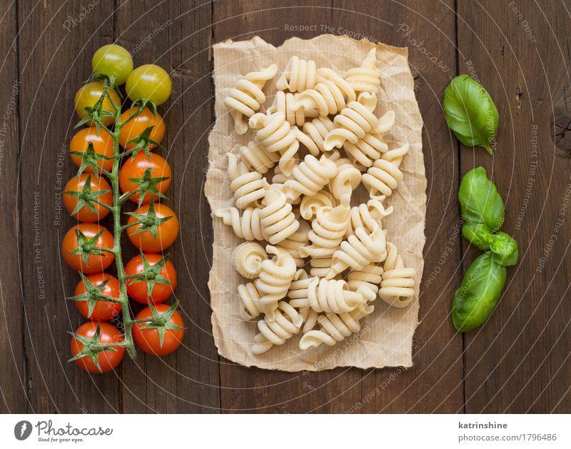 Vollkornnudeln, Tomaten und Basilikum Lebensmittel Gemüse Teigwaren Backwaren Kräuter & Gewürze Vegetarische Ernährung Diät dunkel frisch braun grün rot