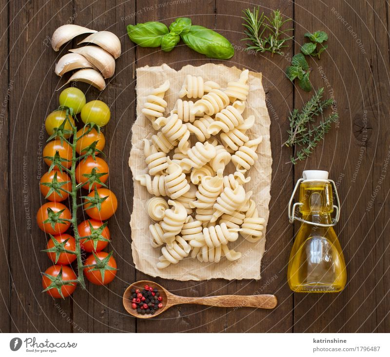 Italienische Pasta, Gemüse, Kräuter und Olivenöl Teigwaren Backwaren Kräuter & Gewürze Öl Vegetarische Ernährung Diät Flasche Löffel dunkel frisch Gesundheit