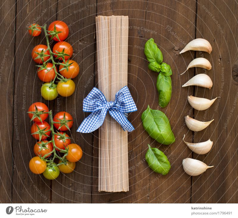 Rohe Fettucce Pasta, Basilikum und Gemüse grün rot dunkel braun frisch Kräuter & Gewürze Tradition Backwaren Mahlzeit Vegetarische Ernährung Diät Tomate