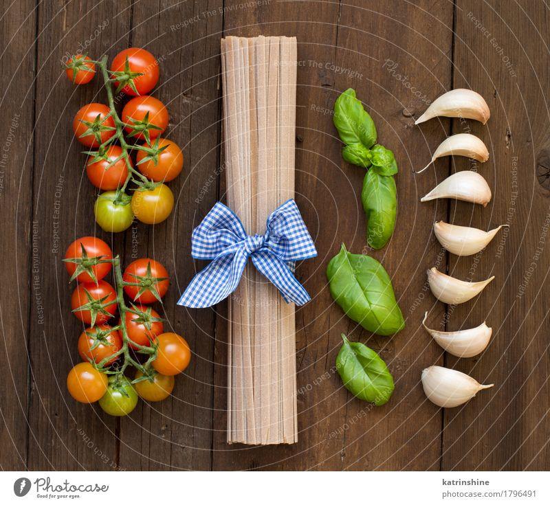Rohe Fettucce Pasta, Basilikum und Gemüse Teigwaren Backwaren Kräuter & Gewürze Vegetarische Ernährung Diät dunkel frisch braun grün rot Tradition Lebensmittel