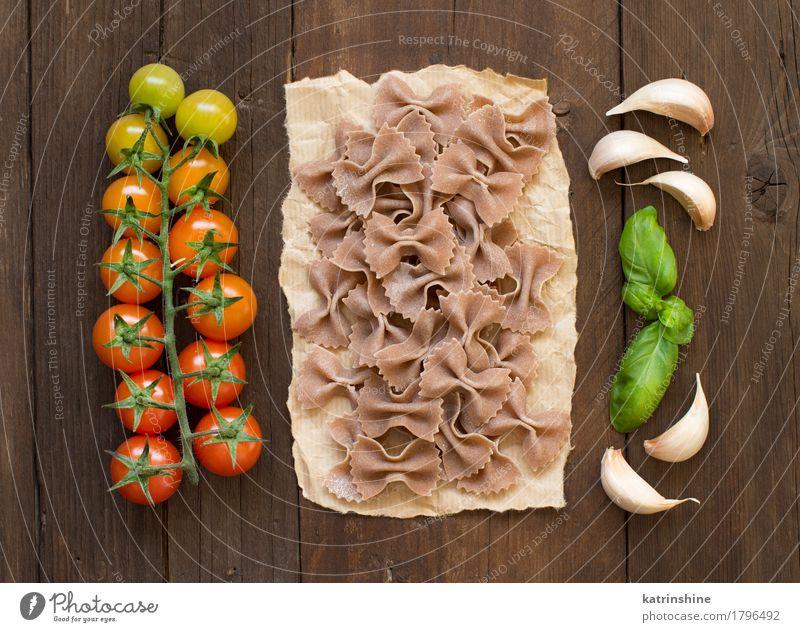 Raw Farfalle Pasta, Basilikum und Gemüse grün rot dunkel braun frisch Kräuter & Gewürze Tradition Backwaren Mahlzeit Vegetarische Ernährung Diät Tomate