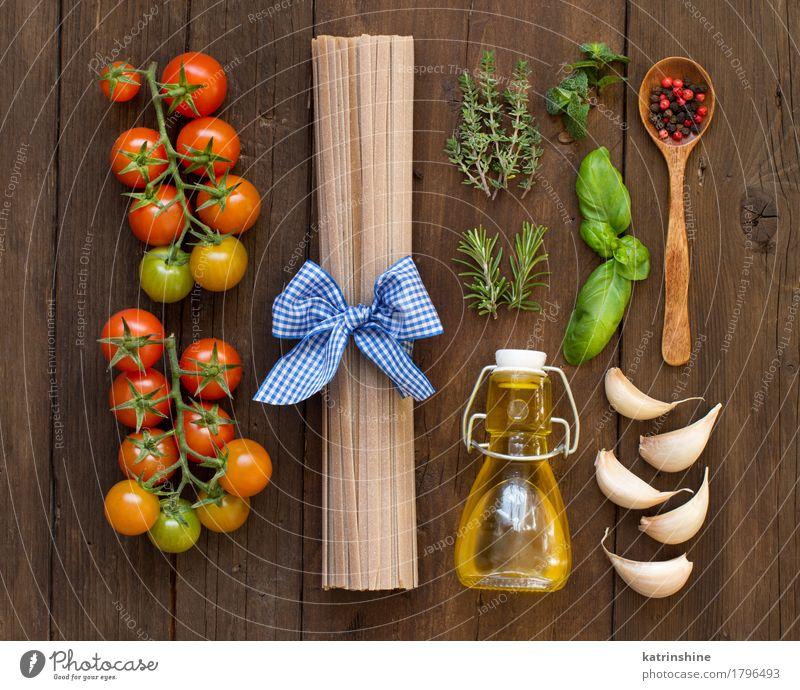 Rohe Fettuccineteigwaren, Gemüse, Kräuter und Olivenöl grün rot dunkel Gesundheit braun frisch Kräuter & Gewürze Tradition Backwaren Flasche Mahlzeit