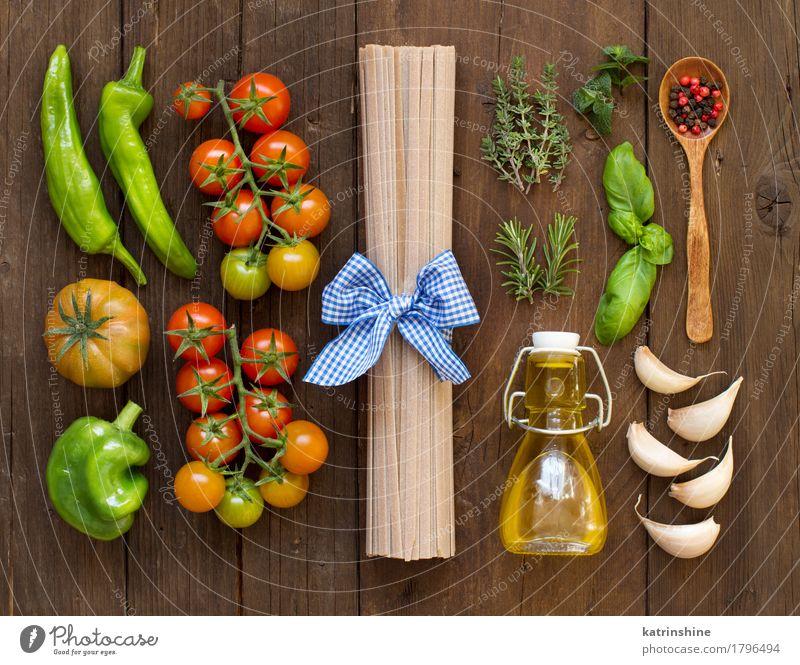 Raw Spaghetti Pasta, Kräuter, Olivenöl und Gemüse Teigwaren Backwaren Kräuter & Gewürze Vegetarische Ernährung Diät Flasche dunkel frisch braun grün rot