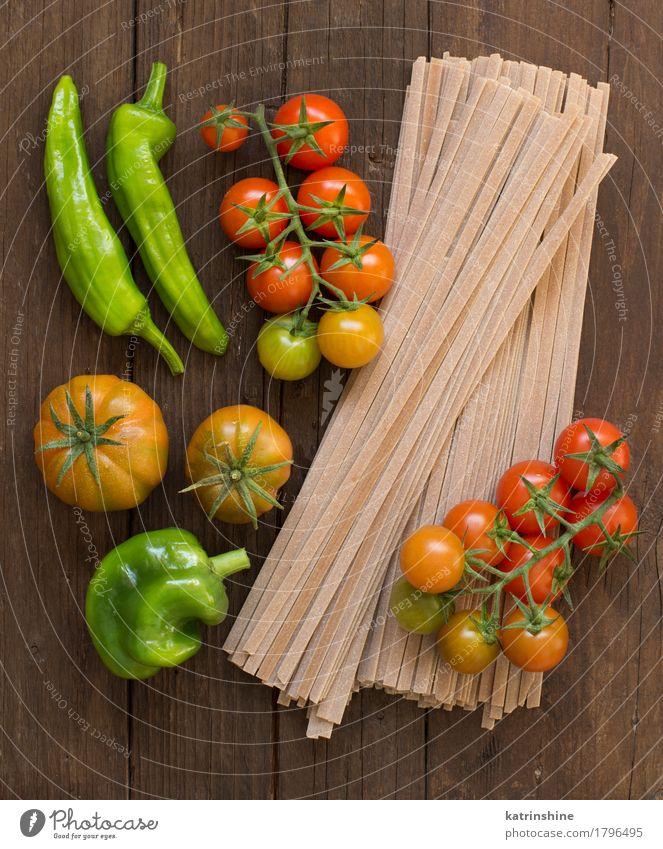 Rohe Fettuccineteigwaren und -gemüse grün rot dunkel Gesundheit braun frisch Gemüse Tradition Backwaren Mahlzeit Vegetarische Ernährung Diät Tomate Teigwaren