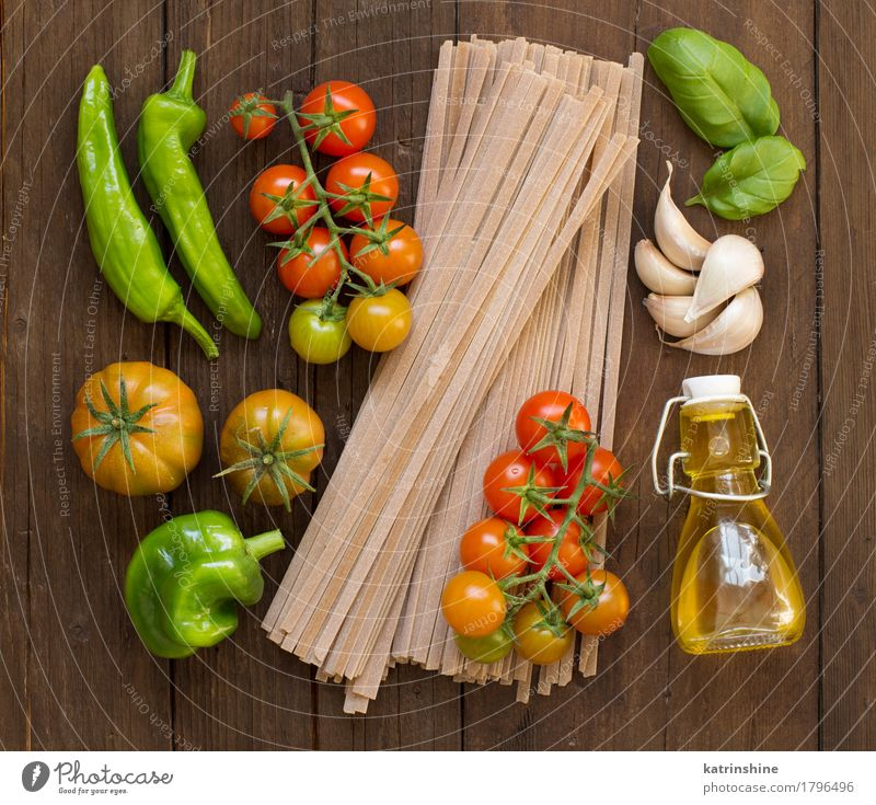 Rohe Fettucce Pasta, Gemüse und Olivenöl grün rot dunkel braun frisch Kräuter & Gewürze Tradition Backwaren Flasche Mahlzeit Vegetarische Ernährung Diät Tomate