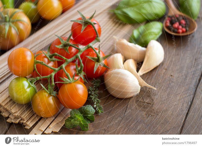 Rohe Fettuccineteigwaren, Gemüse und Kräuter Teigwaren Backwaren Kräuter & Gewürze Vegetarische Ernährung Diät dunkel frisch Gesundheit braun grün rot Tradition