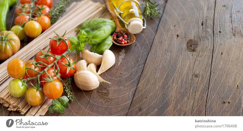 Rohe Fettucce Pasta, Gemüse, Kräuter und Olivenöl Kräuter & Gewürze Vegetarische Ernährung Diät Flasche dunkel frisch Gesundheit braun grün rot Tradition