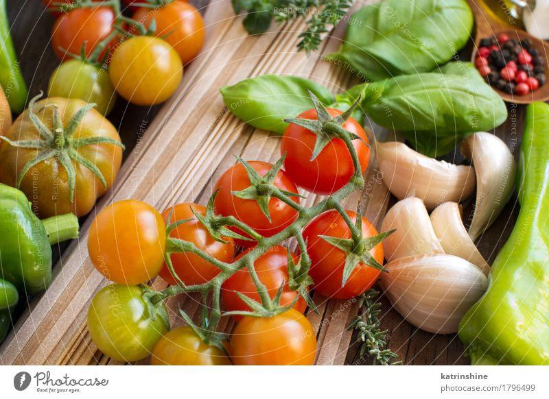 Rohe Fettuccineteigwaren, Gemüse und Kräuter Teigwaren Backwaren Kräuter & Gewürze Vegetarische Ernährung Diät Blatt dunkel frisch Gesundheit braun grün rot